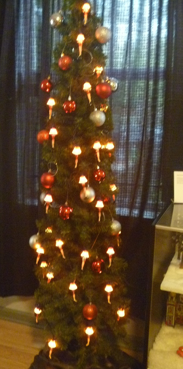 museum-treewleglamplightstring